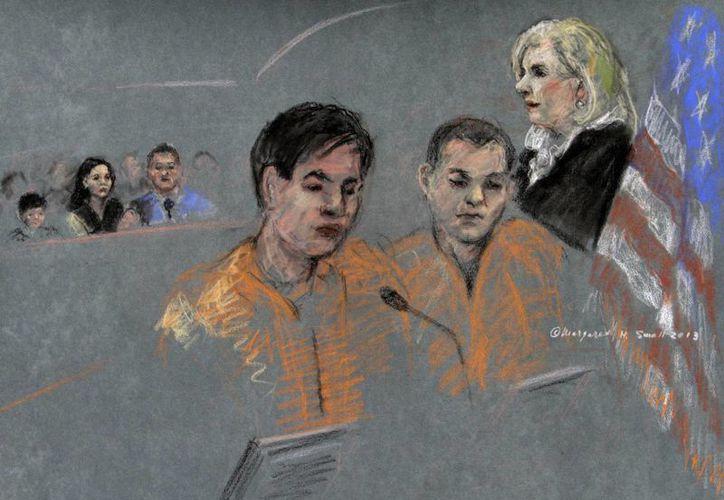 Bosquejo de la comparecencia de  Dias Kadyrbayev, izquierda, y Azamat Tazhayakov ante la juez Marianne Bowler. (Agencias)