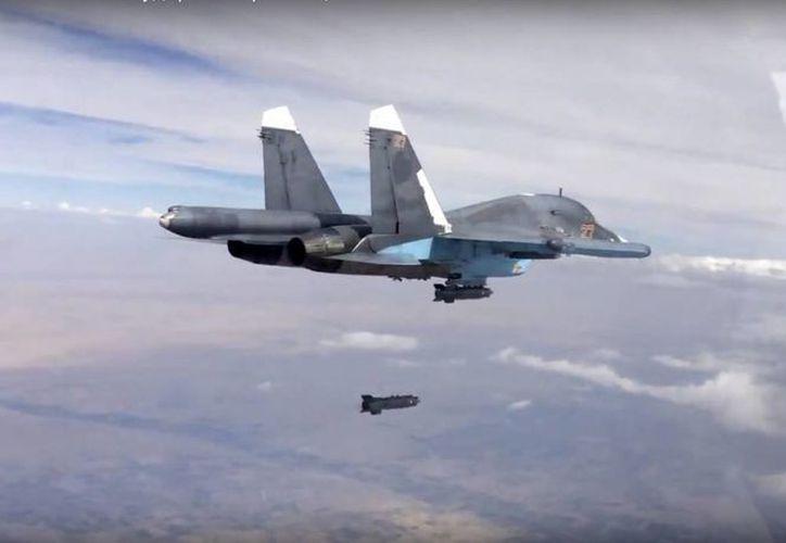 Human Rights Watch denuncia el uso ruso de de bombas de racimo en Siria, las cuales matan o lesionan todo lo que se encuentre en un espacio del tamaño de un campo de futbol. En la foto, una aeronave rusa Su-34 libera un misil. (AP)