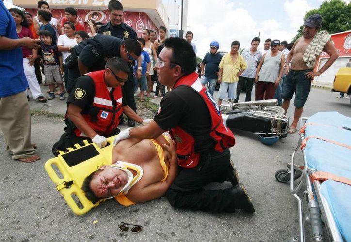Muy adolorido terminó el motociclista atropellado por un autobús. (Milenio Novedades)