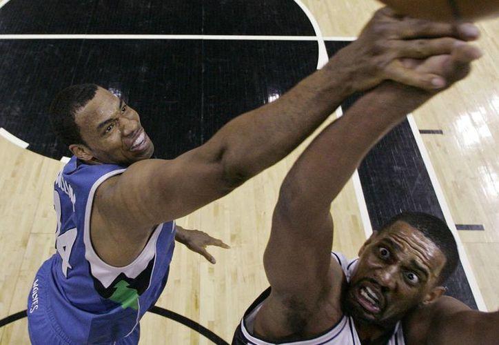 A mediados del 2013 Jason Collins (i) manifestó su orientación gay, y varios jugadores de la NBA aseguraron que sería bienvenido en los vestuarios. (Agencias)