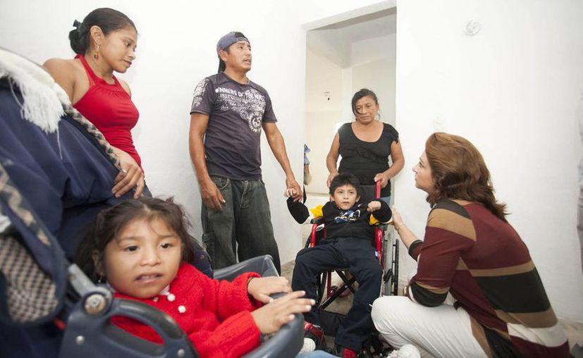 El pequeño Julio Pool Cetz y su hermana Daniela, quienes padecen una enfermedad degenerativa, festejan Navidad en su nueva casa.  (Cortesía)