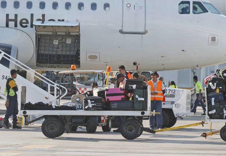 La conectividad aeroportuaria de Cancún, permite augurar buenas perspectivas para la temporada turística de mediados de año. (Jesús Tijerina/SIPSE)
