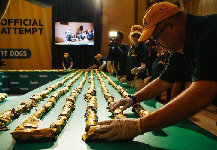 Nathan's estableció un nuevo récord Guiness en Nueva York con la línea de perros calientes más larga del mundo, con un total de mil 916 salchichas. (EFE)