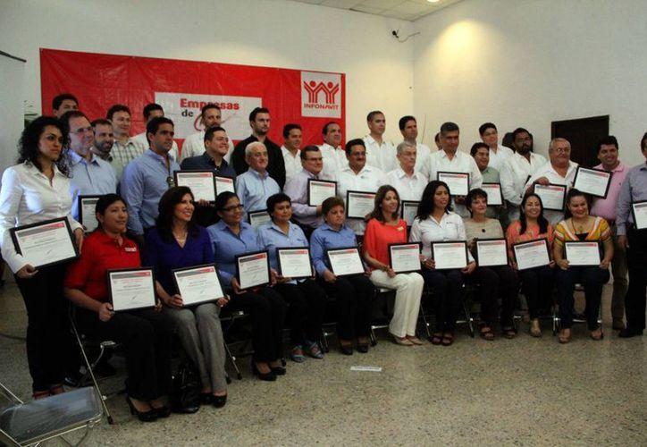 El Infonavit entregó reconocimientos a 36 empresas yucatecas por cumplir en tiempo y forma el pago de sus aportaciones patronales durante 10 bimestres continuos. (José ACosta/SIPSE)