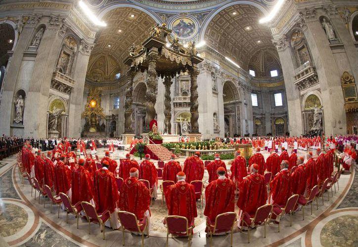 Los Cardenales asistieron a una misa celebrada por el cardenal Angelo Sodano, antes de la elección del nuevo Papa. (Agencias)