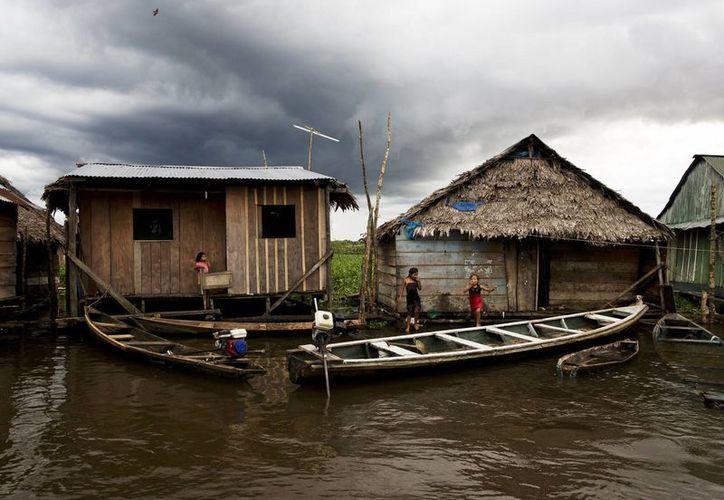 Embarcaciones amarradas a casas en una tarde lluviosa een el barrio de Belén en Iquitos, Perú. (Agencias)