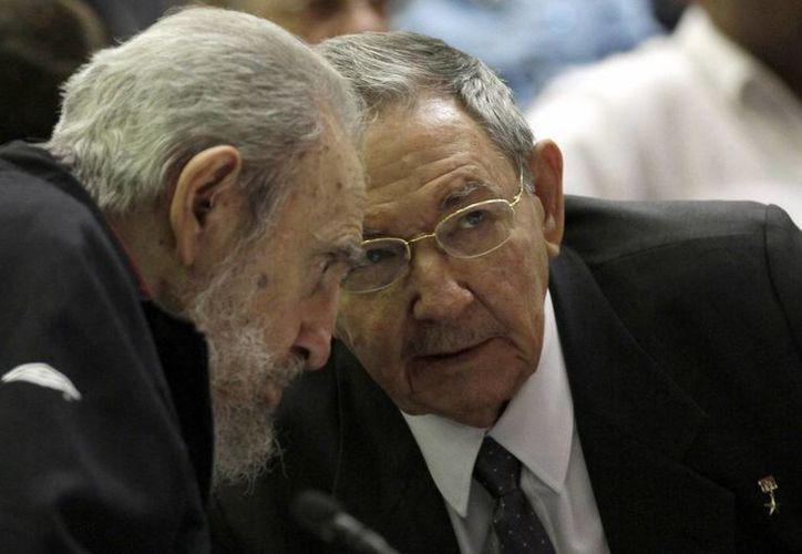 Los hermanos Castro durante la sesión del Parlamento cubano. (Agencias)