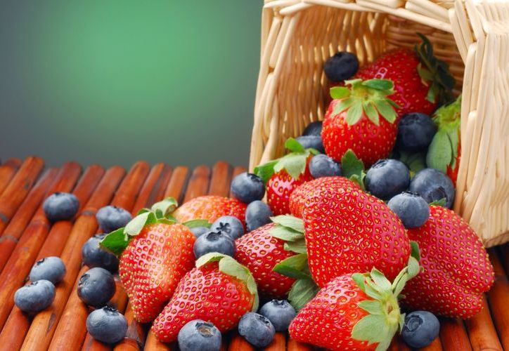 Ingerir fresas y arándanos semanalmente reduce el riesgo de infarto en mujeres hasta en un tercio. (moonmentum.com)