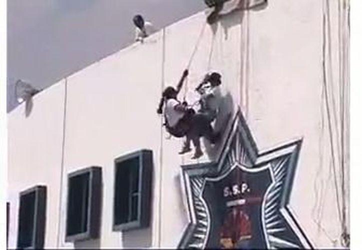 Elementos de la Secretaría de Seguridad caen en entrenamiento. (Foto: Captura de pantalla)