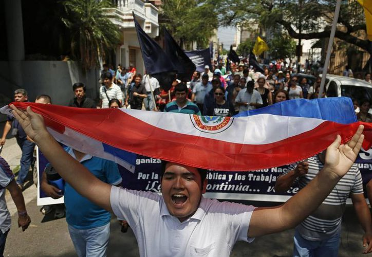Maestros marchan en demanda de un alza del 10% en sus salarios y flexibilidad para actividades sindicales, en Asunción, Paraguay, el martes 30 de septiembre de 2014. (Foto: AP/Jorge Sáenz)