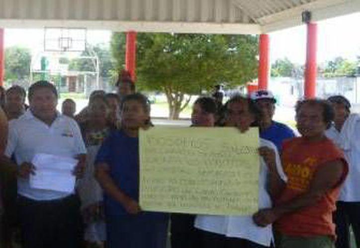 """Habitantes se quejaron por falta de pago del programa """"Empleo Temporal"""". (Raúl Balam/SIPSE)"""