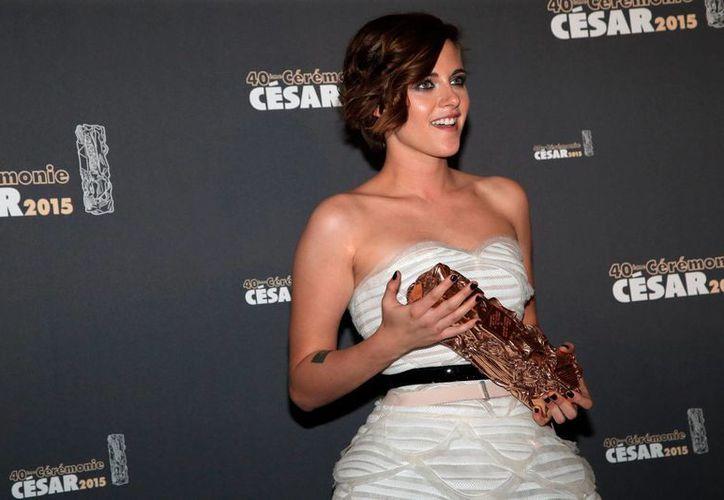Kristen Stewart demostró su admiración por su compañera Juliette Binoche, tras ganar el premio César del cine francés como mejor actriz de reparto. (Foto: AP)