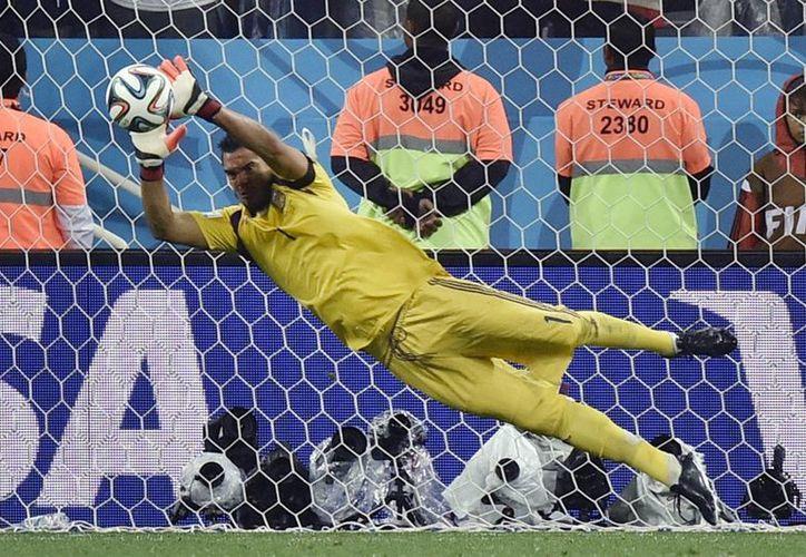 Ante un inoperante tridente Messi, Higuaín y Aguero, el portero albiceleste Sergio Romero detuvo dos penales para calificar a Argentina a la final del Mundial. (Foto: AP)