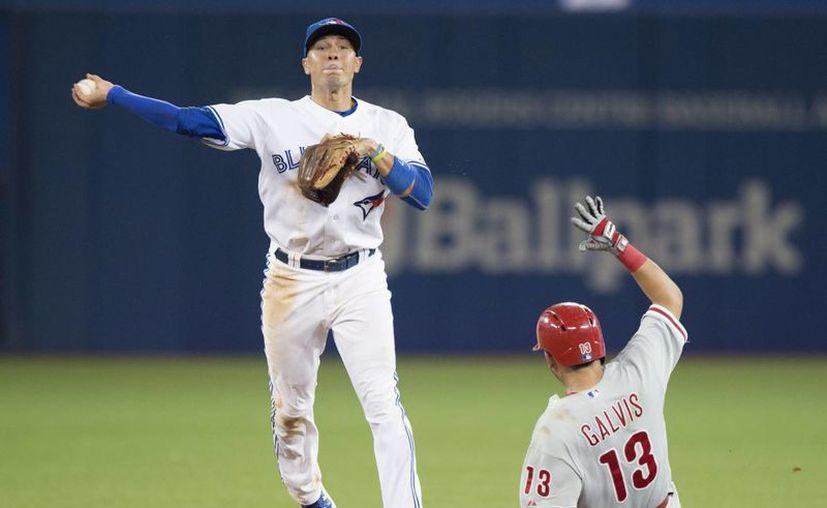 Ryan Goins,  de los Blue Jays (Azulejos) completa un doble play ante Freddy Galvis, de Philadelphia Phillies' en la octava entrada del partido de Grandes Ligas ganado por Toronto. (Foto: AP)