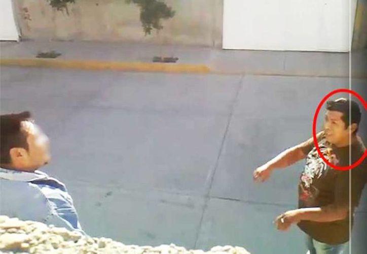 En las redes sociales circula el video de un hombre discutiendo con su vecino  al que luego balea. (Captura de pantalla)