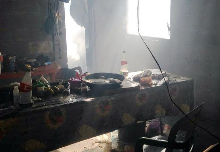 Imagen del interior de una de las tres casas que se consumieron esta mañana en Progreso. (Gerado Keb/Milenio Novedades)
