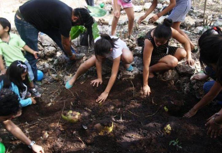Los niños aprenden desde la preparación de la tierra, elaboración de composta, siembra y cultivo. (Redacción)