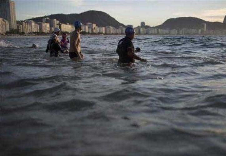 En imagen, la playa de Copacabana en donde se realizarán las prueblas de triatlón y natación durante los Juegos Olímpicos de Río de Janeiro 2016. La OMS recomendó al comité organizador medir los niveles de contaminación para bienestar de los atletas. (Archivo AP)