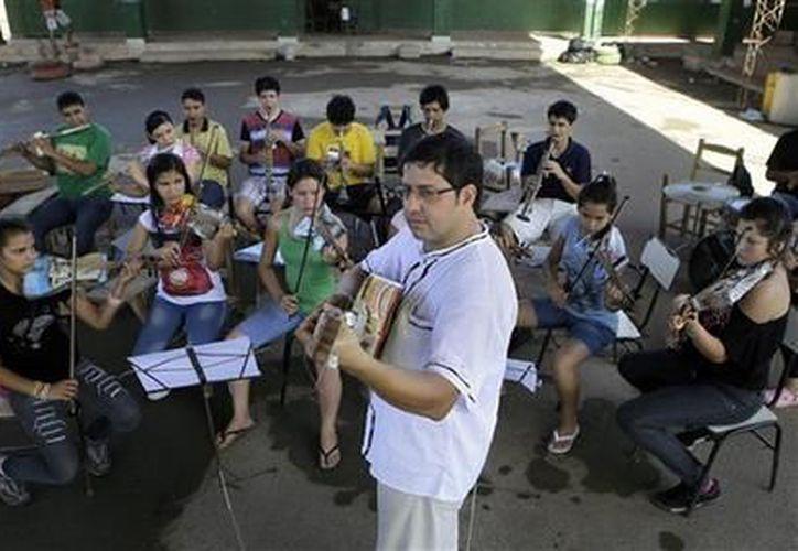 Fabio Chávez dirige un ensayo de la orquesta de niños pobres. (Agencias)
