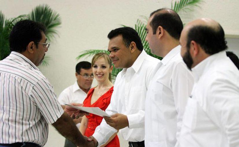 El gobernador Rolando Zapata Bello entregó ayer apoyos a productores. (SIPSE)