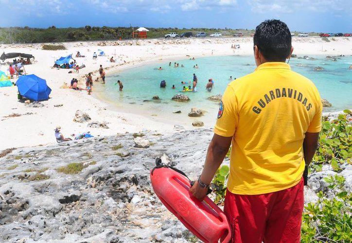Guardavidas  resguardaron la integridad de los bañistas. (Cortesía/SIPSE)