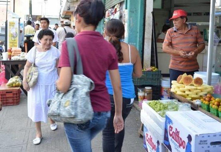 El subdirector de mercados, José Collado, dijo que se ha minimizado en un 30% la problemática de los ambulantes. (Archivo/SIPSE)