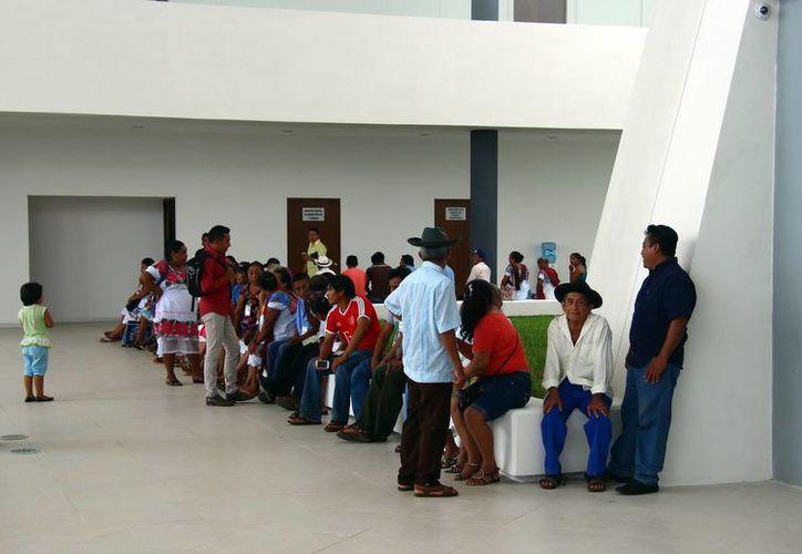 Eduardo Huchim Huchim, acompañado de un grupo de personas, protestaron en el Congreso del Estado por elecciones de comisarios. (Milenio Novedades)