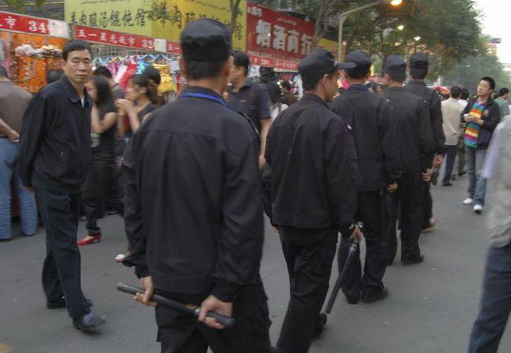 Guardias de seguridad patrullan por las calles de Urumqi, capital de la región de Xinjiang. (EFE)