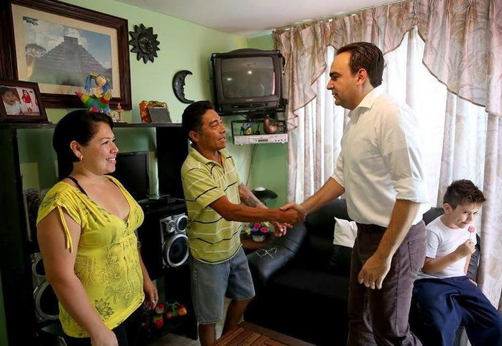Nerio Torres Arcila, precandidato del PRI a la alcaldía de Mérida, escuchó los deseos y propuestas de vecinos del II Distrito. (SIPSE)