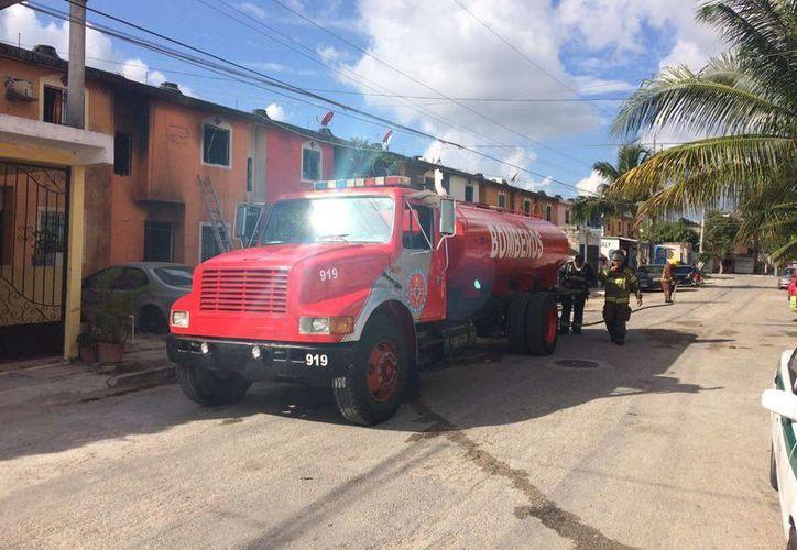 Los bomberos terminaron por apagar el fuego. (Redacción)