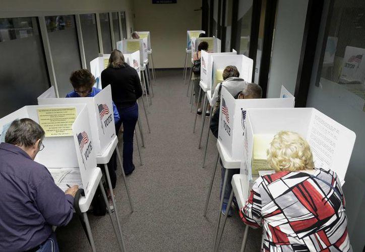 Durante este fin de semana se registraron largas filas de electores que optaron por el voto anticipado en las contadas casillas que se instalaron en Los Ángeles para esta modalidad. (AP)