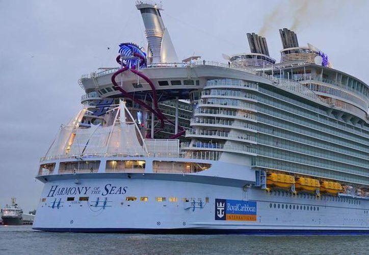 El barco 'Harmony of the Seas' tiene 72 metros de altura, el equivalente a un edificio de 20 plantas. (twitter.com/wwwlifegr)