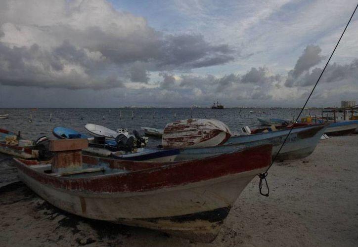 El mal tiempo mantiene a muchos pescadores inactivos; sin embargo, los puertos de Yucatán no fueron cerrados. (Archivo)