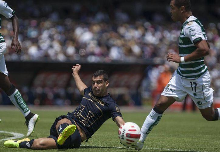 El zaguero uruguayo de Pumas Gerardo Alcoba durante una jugada ante Santos en partido del torneo clausura mexicano que se jugó hoy domingo. (Foto AP/Christian Palma)