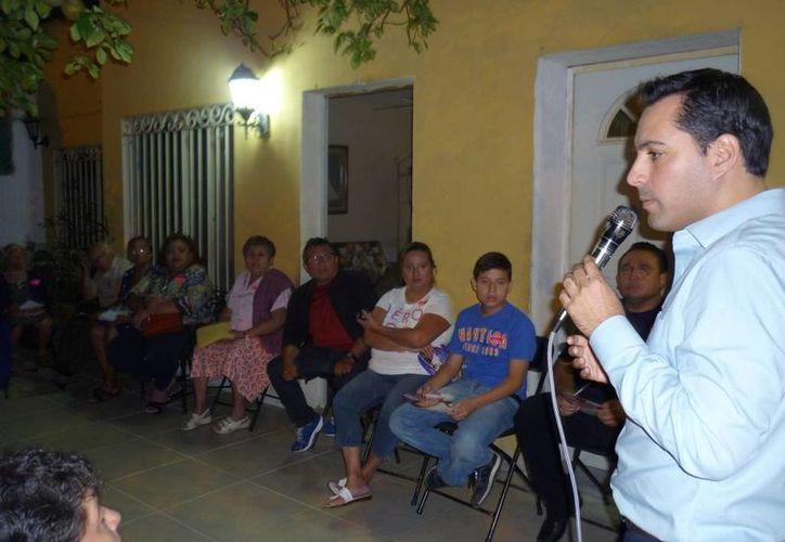 El diputado Mauricio Vila Dosal durante su encuentro con vecinos de la colonia Santa Rosa. (SIPSE)