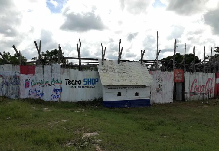 El ruedo y parte trasera de la Expo-Maya están lleno de maleza y carecen de alumbrado y seguridad, señalan los vecinos. (Jesús Caamal/SIPSE)