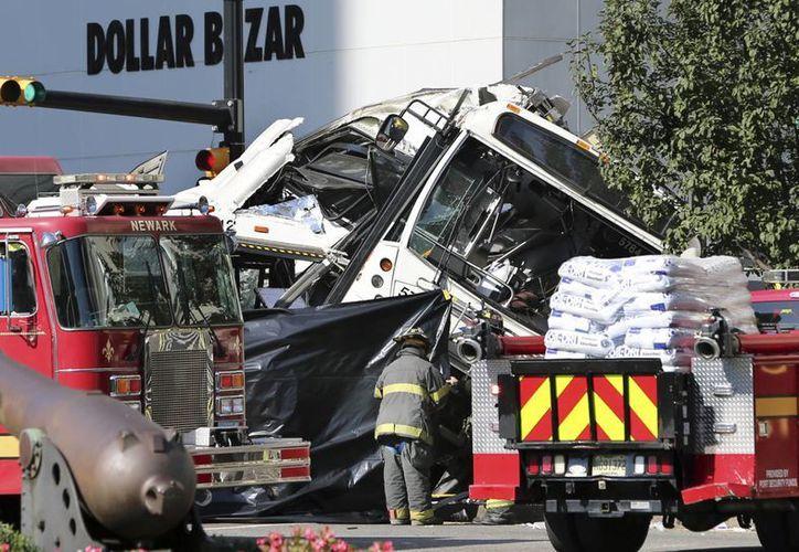 El conductor del autobús que iba sin pasajeros falleció al instante. El conductor del otro, y un pasajero, también murieron. (AP/Mel Evans)