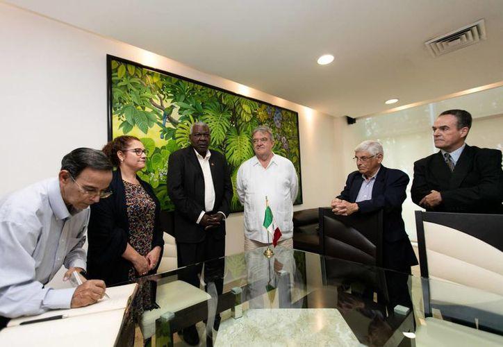 El presidente del parlamento de Cuba, Esteban Lazo, llegó desde este jueves a la capital yucateca para participar desde mañana en el inicio de la XVI Reunión Interparlamentaria México-Cuba.  (Foto cortesía del Gobierno estatal)