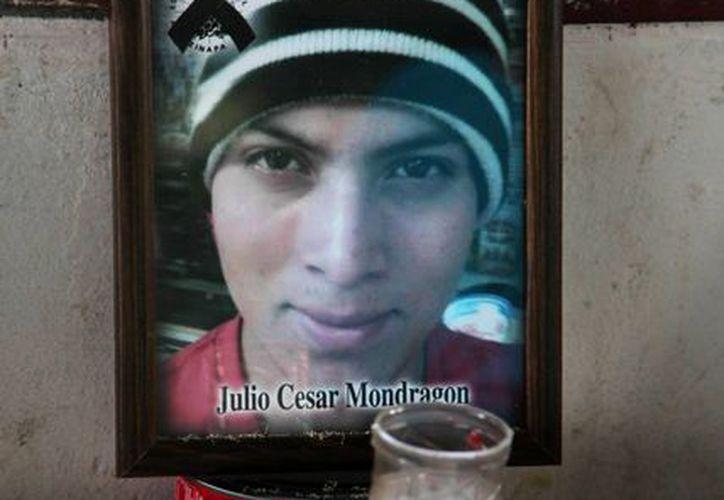 Imagen de un altar instalado en memoria del asesinado estudiante Julio César Mondragón en la que fue su escuela normalista Raúl Isidro Burgos, en Ayotzinapa, en Tixtla, México. (AP Photo/Marco Ugarte, File)
