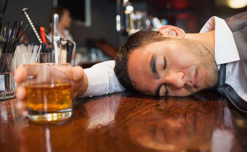 Con el alcohol, el cuerpo pierde sal y agua, entre otras sustancias. (mendozapost.com)