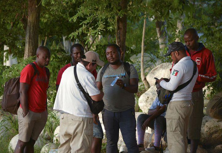 Activista denuncia el cobro a migrantes a cambio de no deportarlos. (AP/Idalia Rie)