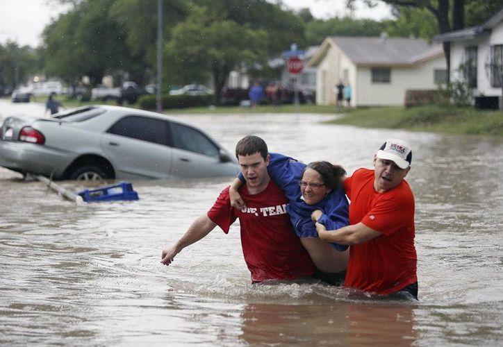 Varias personas que fueron arrastradas por las inundaciones continuan desaparecidas. (Agencias)
