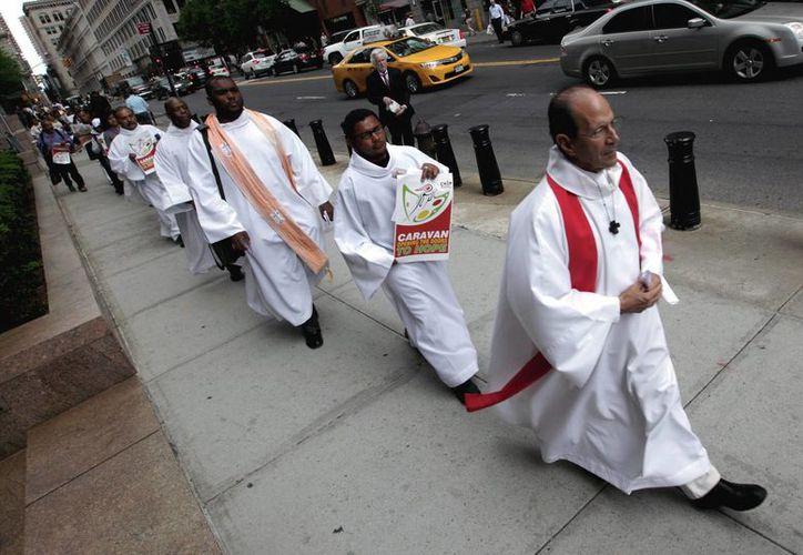 """El padre Alejandro Solalinde, en primer plano, con la Caravana de Migrantes """"Abriendo las Puertas de la Esperanza"""", en Nueva York, EU, el 23 de Mayo del 2013. (Archivo/Notimex)"""