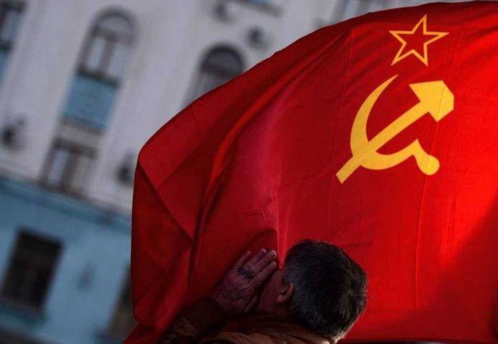 La bandera de la hoz y la estrella, símbolo de la URSS, desapareció de los edificios oficiales en Moscú y las capitales soviéticas el 25 de diciembre de 1991. (rtve.es)