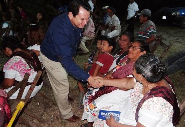 Joaquín Díaz Mena, coordinador de campaña de Madero en Yucatán, saluda a militantes panistas del interior del estado. (Cortesía)