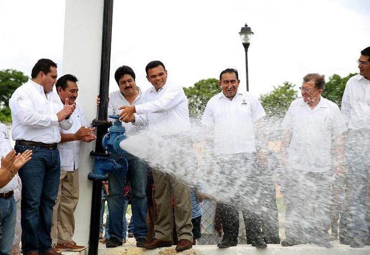En gira de trabajo por Tzucacab y Peto, el Gobernador (c) entregó obras de infraestructura carretera, educativa, de agua potable y de salud. (Cortesía)