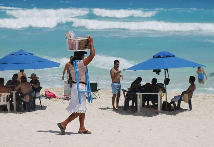 Los vendedores ambulantes por lo general comercializan productos perecederos que son expuestos varias horas al sol. (Tomás Álvarez/SIPSE)