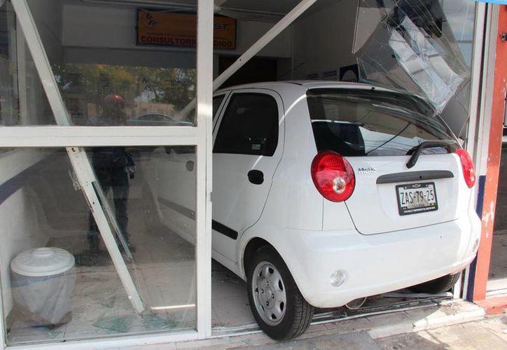 Un auto compactó 'entró hasta la cocina' en un negocio de Mérida. (Aldo Pallota/SIPSE)