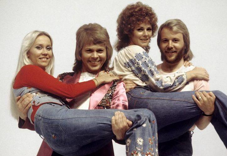 El álbum fue producido por Ludvig Andersson, hijo del pianista y cantante de ABBA Benny Andersson (d), quien buscó mantener el sonido fiel al original. (EFE/Archivo)