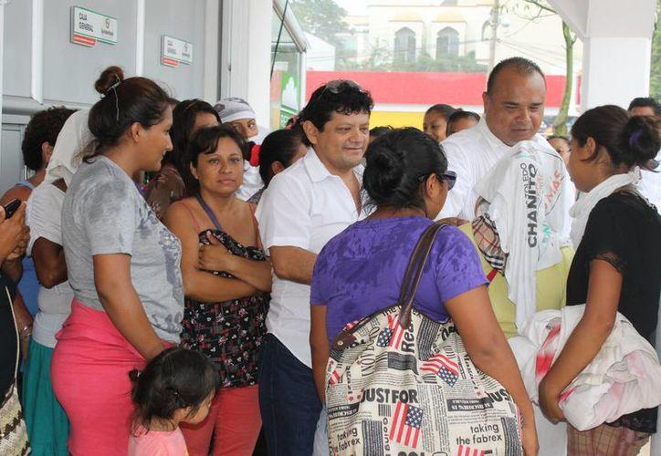 Una treintena de mujeres se manifestó afuera del Palacio Municipal con la intensión de pedirle al alcalde que las deje permanecer en el predio que han invadido en la zona de In House.  (Juan Cano/SIPSE)